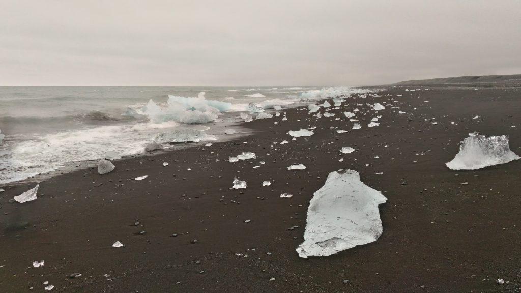 La spiaggia coi blocchi di ghiaccio